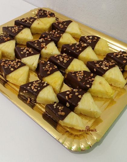 Piña con chocolate crujiente